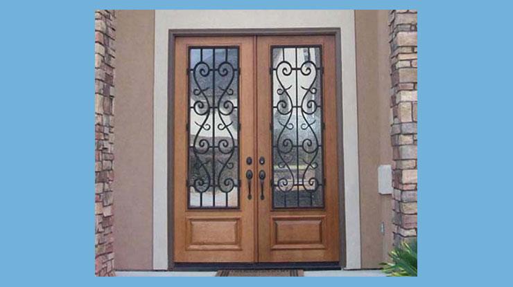 Pintu Kupu Tarung dengan Teralis Bercorak Cantik