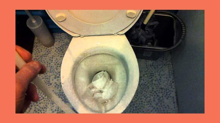 Penuangan Soda Api Untuk WC Mampet